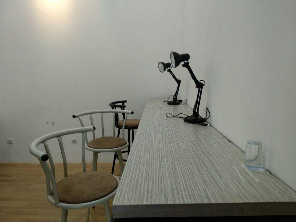 Duduklah disampingku, maka aku akan kenalkan duniaku, disini. Gambar diambil di Reneo Coworking spaces.