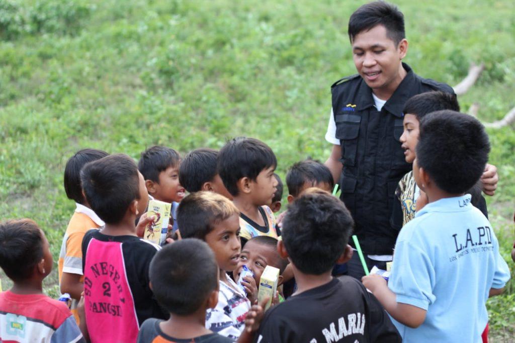 Anak-anak bersama relawan