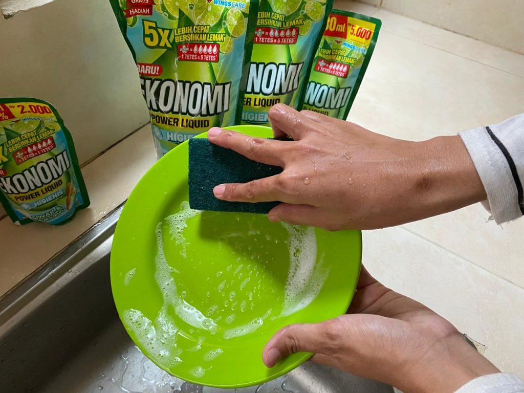 Mencuci piring lebih menyenangkan dengan EKonomi Power Liquid Higienis